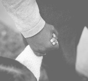 Tendresse main dans la main